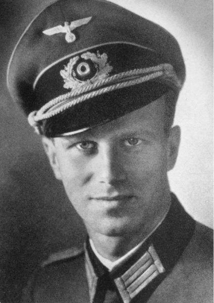 Przystojny Niemiec to nadal Niemiec. Liczył się mundur, a nie ładne oczy. Nawet jeśli, jak widoczny na zdjęciu Werner von Haeften, mężczyzna wcale nie był nazistą z przekonania (źródło: Bundesarchiv, lic.: CC BY-SA 3.0 de).