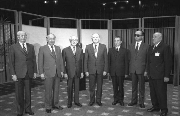 Liderzy Układu Warszawskiego w 1987 roku. Drugi od prawej stoi Jaruzelski, trzeci - Ceausescu, rumuński przywódca, który dwa lata później stał się ofiarą samosądu (fot. Bundesarchiv, Bild 183-1987-0529-029, lic. CC BY-SA 3.0 de).