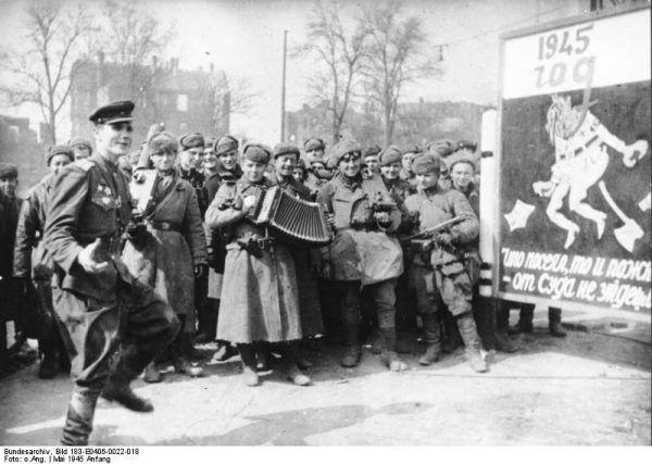 Żołnierze Armii Czerwonej świętują zdobycie Berlina (źródło: Bundesarchiv, licencja: CC BY-SA 3.0 de)