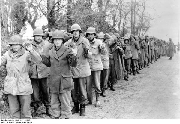 Amerykańscy żołnierze w niemieckiej niewoli, 22 grudnia 1944 r. (fot. Bundesarchiv, Bild 183-J28589 / CC-BY-SA 3.0).