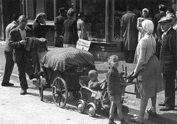 Po wojnie wiele mieszanych par razem z dziećmi uciekło do Niemiec. Dzieci, które zostały w Polsce, czekał ciężki los. Na zdjęciu: Niemcy wypędzeni w 1948 roku (źródło: Bundesarchiv, lic.: CC BY-SA 3.0 de).