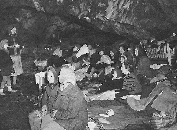 Mieszkańcy belgijskiego Schönberga szukający schronienia w jaskini (fot. ze zbiorów United States Army Center of Military History, domena publiczna).