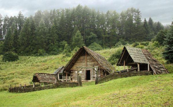 Tak wygląda rekonstrukcja celtyckiego osiedla na dzisiejszej Słowacji. A czy nasi potomkowie w przyszłości zrekonstruują wygląd celtyckich związków? (fot. Marek Novotnak, lic. CC BY-SA 3.0).