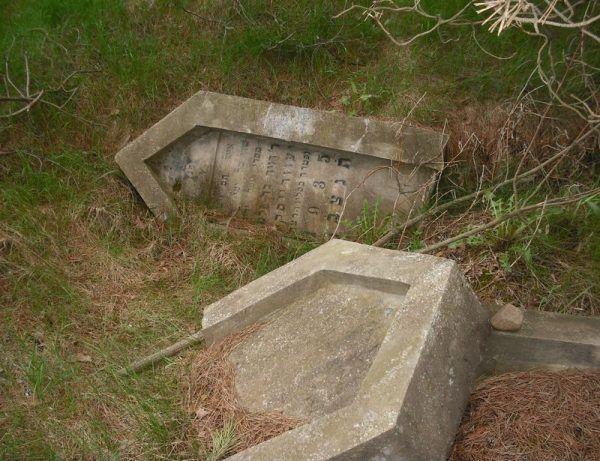 To tu, na kirkucie w Goniądzu, zamordowano miejscowych Żydów podejrzewanych o bolszewickie sympatie. Dziś z dawnego cmentarza pozostało zaledwie kilka przewróconych macew (źródło: domena publiczna)