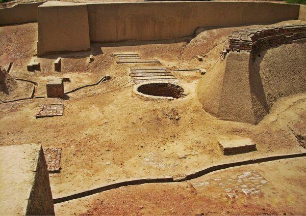 Wychodzi na to, że pod względem sanitarnym więcej dziś łączy nas z Harappańczykami niż z Polakami sprzed 100 lat. Na fotografii: antyczna studnia i prawdopodobnie ruiny łaźni odkryte na stanowisku archeologicznym w Harappie (autor: Hassan Nasir , lic.: CC BY-SA 3.0).