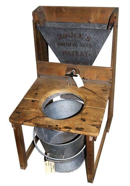 W ciągu wieków ludzie kombinowali, jak osiągnąć najwyższą funkcjonalność toalet. Na fotografii: toaleta kompostująca Henry'ego Moule'a w wersji z 1875 roku (autor: Musphot , lic.: CC BY-SA 3.0).