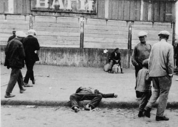 Codzienność w ukraińskim Charkowie w roku 1933 - śmierć głodowa (źródło: domena publiczna).