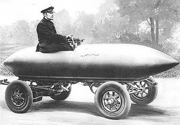 La Jamais Contente, pierwszy samochód, który przekroczył barierę 100 km/h. Był napędzany silnikiem elektrycznym (rys. demena publiczna).