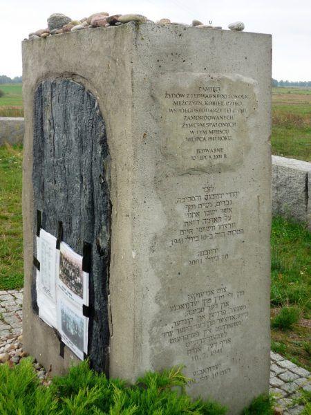 """Pogromy sąsiedzkie zdarzały się nie tylko w Jedwabnem. Na zdjęciu pomnik, napis na którym głosi: """"Pamięci Żydów z Jedwabnego i okolic, mężczyzn, kobiet i dzieci, współgospodarzy tej ziemi, zamordowanych żywcem spalonych w tym miejscu w lipcu 1941 roku"""" (autor: Fczarnowski, licencja: CC BY-SA 3.0)"""
