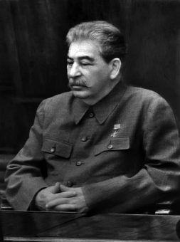 """Staruszek ożywiał się przy nastoletnich dziewczynach (fot. z książki Olega Khlevniuka, """"Stalin. Nowa biografia"""")."""