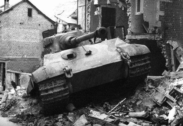 Tygrys Królewski porzucony przez załogę w Stavelot po tym jak został trafiony z bazooki i utknął w gruzowisku, gdy kierowca próbował się wycofać (fot. ze zbiorów National Archives and Records Administration, domena publiczna).