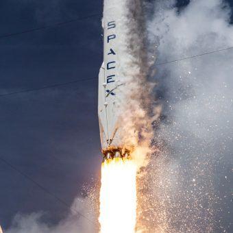 Start rakiety Falcon 9 zaprojektowanej przez SpaceX. Jeden z wielu drobnych kroków na drodze do Marca (fot. SpaceX, domena publiczna).