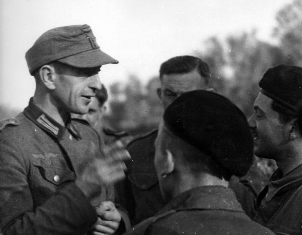 Wbrew panującym opiniom, wpisy na volkslisty nie były całkowicie dobrowolne. Na zdjęciu: Pola siłą wcielony do Wehrmachtu rozmawia w 1944 roku w Normandii z żołnierzami 1 Dywizji Pancernej generała Maczka (źrodło: domena publiczna).