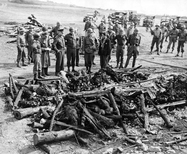 Amerykańscy generałowie nie zamierzali ścigać swoich podwładnych za morderstwa popełniane na niemieckich jeńcach. To, co ujrzeli w niemieckich obozach koncentracyjnych, zapewne utwierdziło ich w tym postanowieniu (tutaj generałowie Eisenhower, Bradley, Patton i Eddy w obozie w Ohrdruf 12 kwietnia 1945 r.) (fot. domena publiczna).