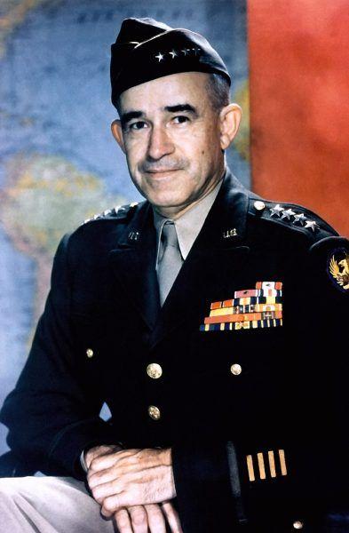 Gen. Omar Bradley, jeden z dowódców amerykańskich wojsk biorących udział w walkach w Ardenach (fot. U.S. military or Department of Defense, domena publiczna).