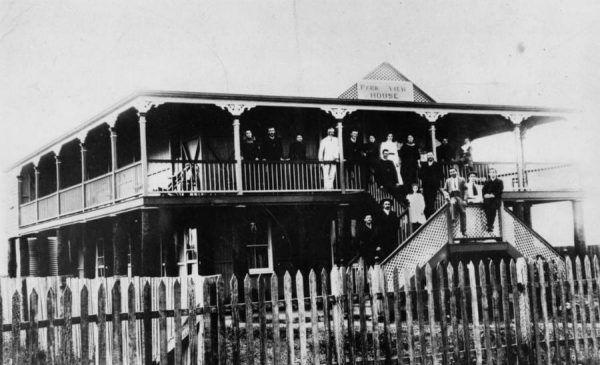 A życie toczyło się dalej... mieszkańcy Gatton przed Park View House w 1906 roku (źródło: domena publiczna).