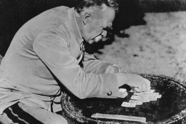 Co robił Piłsudski podczas internowania w Magdeburgu? Między innymi stawiał pasjanse (źródło: domena publiczna).