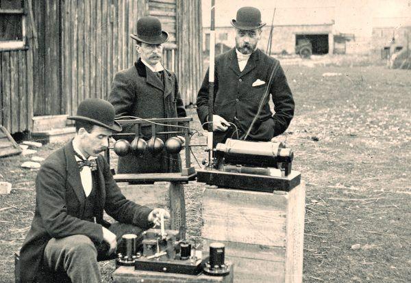 Urzędnicy brytyjskiej poczty sprawdzają radiotelegraf Marconiego (fot. Cardiff Council Flat Holm Project, CC BY 3.0).