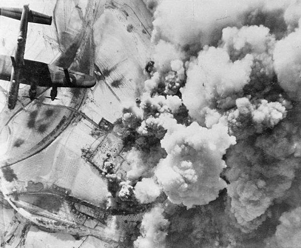 Należące do RAF-u bombowce Lancaster atakują niemieckie pozycje w St. Vith, 26 grudnia 1944 r. (fot. domena publiczna).