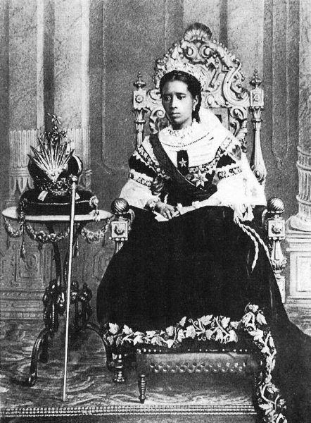 Królowa Ranavalona III na tronie (źródło: domena publiczna).