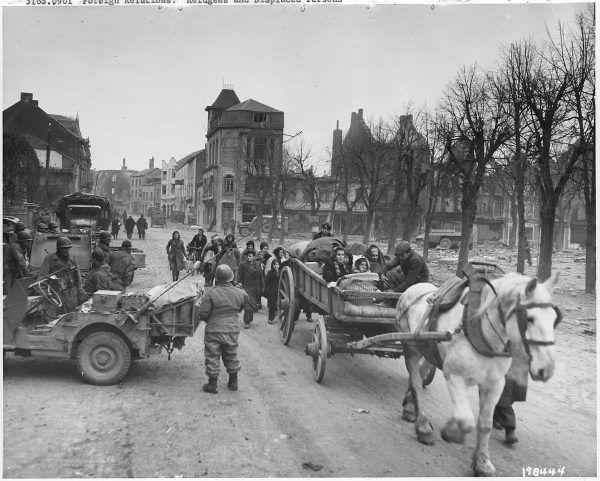 Belgijscy uchodźcy opuszczają miasto Bastogne (fot. ze zbiorów National Archives and Records Administration, domena publiczna).