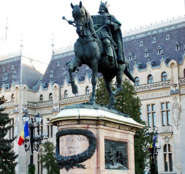 Hołd lenny polskim królom od XIV wieku składali mołdawscy hospodarowie. Zrobił to też najwybitniejszy z nich, Stefan III Wielki. Na zdjęciu pomnik władcy w Jassach (fot. Andrei Stroe; lic. CC ASA 3.0).