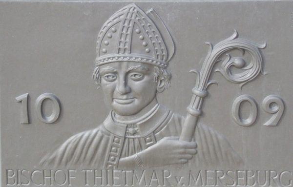 Biskup Merseburga Thietmar był dobrze zorientowany w sprawach wschodnich sąsiadów Niemiec - także pijackich ekscesach Władywoja. Tablica na fontannie miejskiej naprzeciwko kościoła św. Stefana w Tangermünde (fot. Harald Rossa, lic. CC BY-SA 3.0).