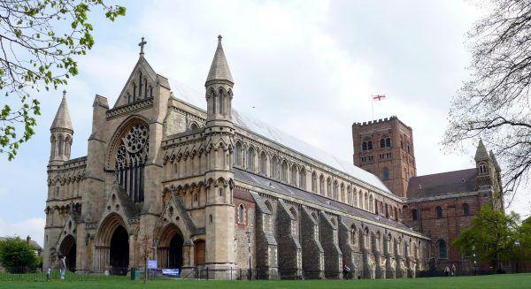 W mieście świętego Albana - pierwszego brytyjskiego męczennika, niegdyś zabijano niepełnosprawne kobiety w ofierze pogańskim bogom. Na zdjęciu katedra w Sant Alban (autor: Hilton1949, licencja: CC BY-SA 3.0)