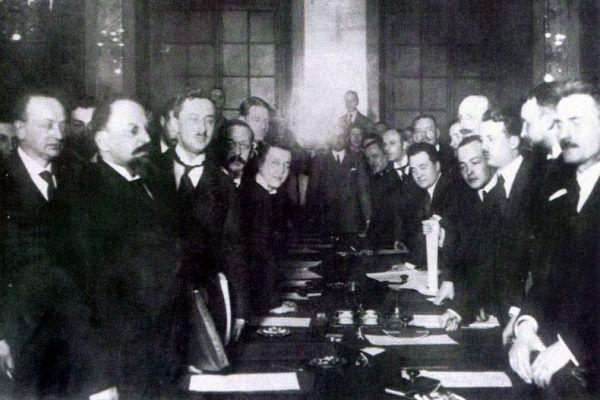 Czy warunki pokoju z bolszewikami to sprawka Piłsudskiego? Na zdjęciu akt podpisania traktatu ryskiego (źródło: domena publiczna).