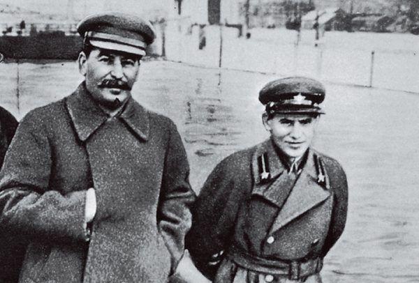 Współtwórcy Wielkiego Terroru. Stalin i Nikołaj Jeżow, rok 1938 (źródło: domena publiczna).