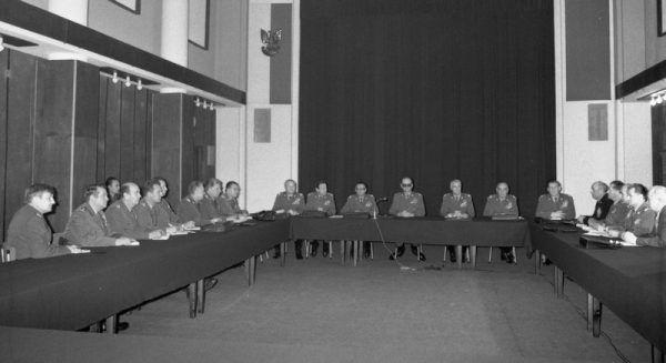 Posiedzenie Wojskowej Rady Ocalenia Narodowego 14 grudnia 1981 roku. Zgromadzeni panowie raczej się nie zastanawiali nad tym, że łamią Konstytucję (fot. Archiwum Dokumentacji Mechanicznej, Wojskowa Agencja Fotograficzna, domena publiczna).