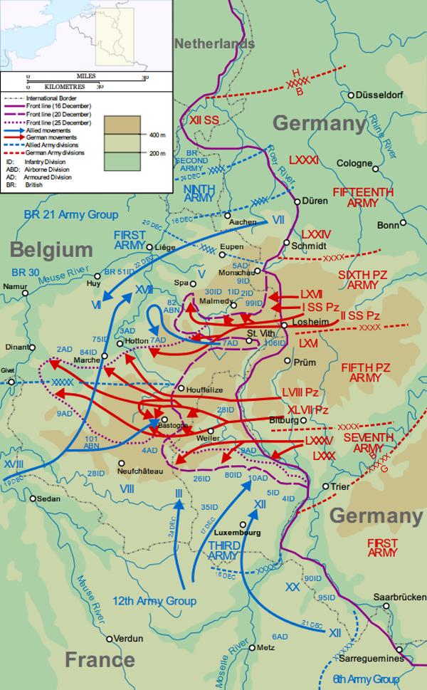 Mapa przedstawiająca postępy niemieckiej ofensywy w Ardenach od 16 do 25 grudnia 1944 r. (rys. Matthewedwards, CC BY-SA 3.0).