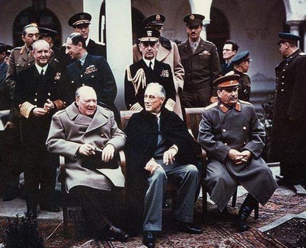 """W. Churchill, F.D. Roosevelt i Stalin na konferencji jałtańskiej, na której przypieczętowano powojenne losy Europy Środkowo-Wschodniej. Jednym z jej skutków była śmierć ok. 400 tys. osób w nowych krajach """"demokracji ludowej"""" (źródło: domena publiczna)."""