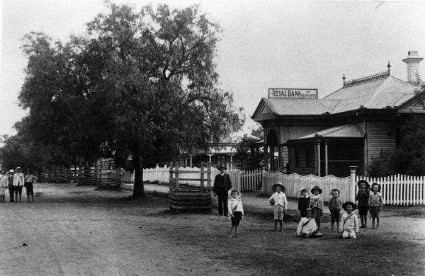 Miejscowi nie chcieli wracać do sprawy morderstwa. Ostatni członek rodziny zabrał tajemnicę zbrodni do grobu. Na fotografii Royal Bank w Gatton ok. 1906 roku (źródło: domena publiczna).