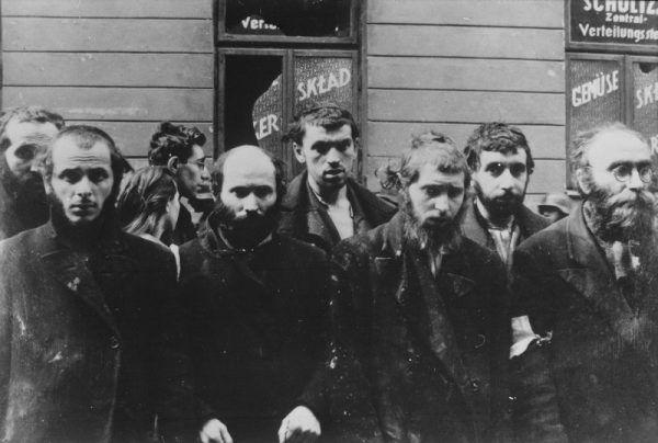 """W dniu pogromu w Rajgrodzie wszystkich Żydów spędzono na miejski rynek. Polacy mieli nosić chrześcijańskie medaliony, by uniknąć """"nieporozumień"""". Na zdjęciu Żydzi z warszawskiego getta (źródło: domena publiczna)."""