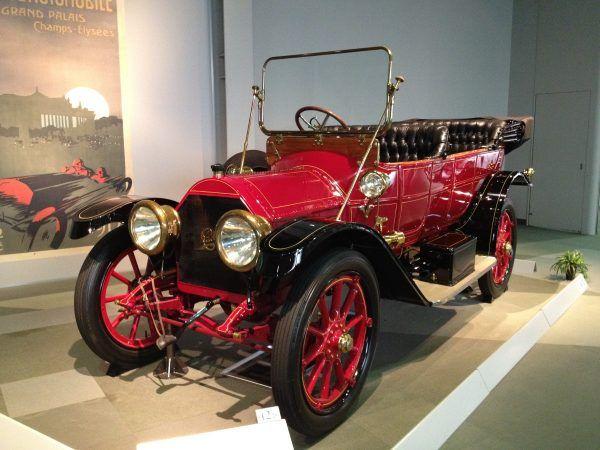 Cadillac Model Thirty z 1912 r., pierwszy samochód spalinowy z elektrycznym rozrusznikiem (fot. Iwao, CC BY 2.0).