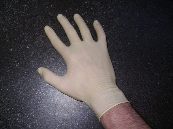 Fragment lateksowej rękawiczki, znaleziony w dłoniach księdza, wskazywał na udział kobiety w tej zbrodni. Organy ścigania nie poszły jednak za tym tropem. Przypadek? (fot. — Melkom, lic. CC BY-SA 3.0)