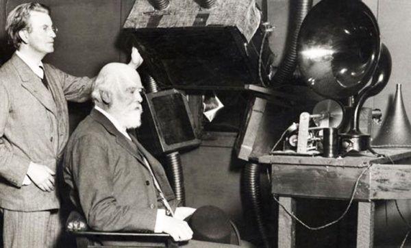 Oliver Lodge (z prawej) w czasie pierwszej radiowej transmisji telegraficznej (fot. domena publiczna).