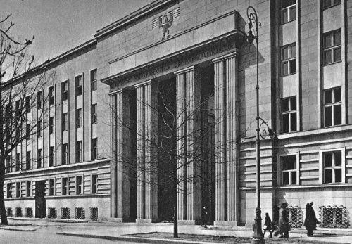 Ministerstwo Wyznań Religijnych i Oświecenia Publicznego (na zdjęciu widać jego warszawski gmach) nie zdecydowało się już drugi raz wejść w drogę Kościołowi.