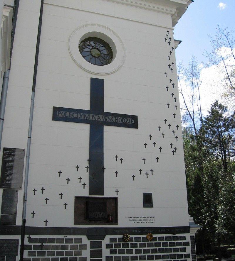"""Sanktuarium """"Poległym i Pomordowanym na Wschodzie"""" przy Kościele pw. św. Karola Boromeusza w Warszawie. Dzieło życia księdza Stefana Niedzielaka (fot. masti, lic. CC BY-SA 2.5)."""