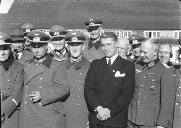 Wernher on Braun po cywilnemu w otoczeniu wojskowych, Peenemunde, 21 March 1941 (fot. Bundesarchiv, Bild 146-1978-Anh.024-03 / CC-BY-SA 3.0).