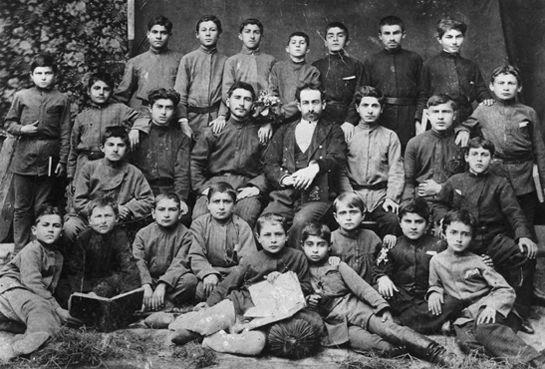 Klasa 10-letniego Soso. Późniejszy dyktator w górnym rzędzie pośrodku (fot. domena publiczna).