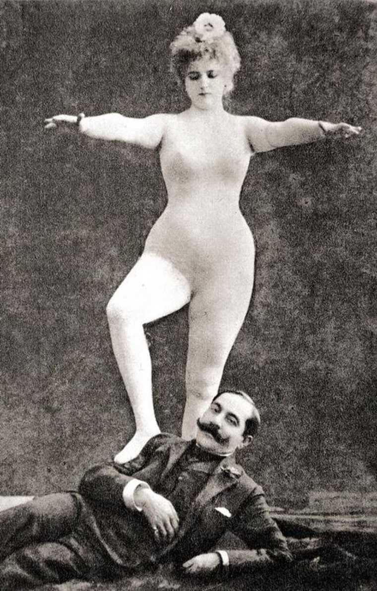 """Rigó Jancsi i Clara Ward, odważnie go przekraczająca, na fotografii zatytułowanej """"Triumf kobiety"""" z 1905 roku (źródło: domena publiczna)."""