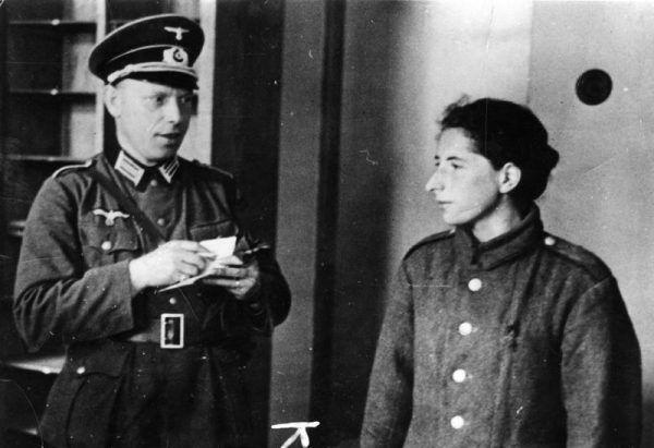 Przebrać się i wmieszać w tłum - bardzo ryzykowne. Tej młodej Żydówce się nie udało. Fot. Heinz Boesig / Max Ehlert, Bundesarchiv, domena publiczna.