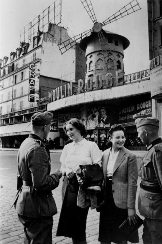Niemcy i Francuzki pod Moulin Rogue (fot. Heinz Boessig, domena publiczna via Bundesarchiv).