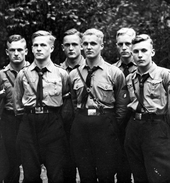 Manfredowi Zankerowi nie po drodze było z ulizanymi kolegami z Hitlerjugend. Codzienna musztra i stanie w szeregu? To nie jego bajka! (źródło: Bundesarchiv, lic.: CC-BY-SA 3.0).