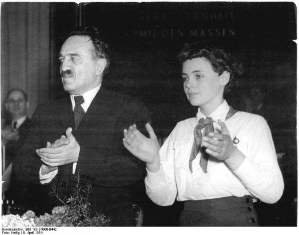 Anatstas Mikojan w Berlinie w 1954 roku, w towarzystwie niemieckiej komunistki (fot. Heilig, domena publiczna za Bundesarchiv).