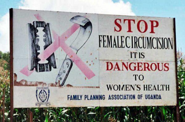 """Choć dziś obrzezanie kobiet wydaje się szczytem barbarzyństwa, jeszcze przed wiekiem """"cywilizowani"""" ludzie Zachodu uważali je za świetne panaceum. Billboard kampanii przeciw klitoridektomii w Ugandzie (fot. Amnon Shavit, lic. CC BY-SA 3.0)."""