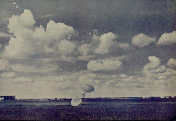 Grupowy skok polskich spadochroniarzy na zdjęciu z lat 30. (źródło: domena publiczna).
