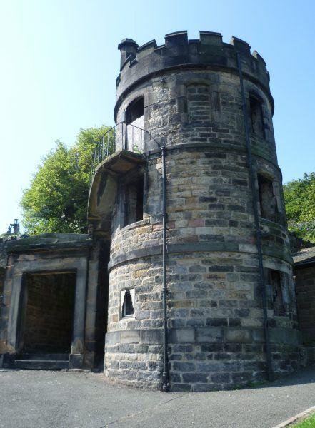 Na wielu cmentarzach stawiano specjalne wieże strażnicze, by wypatrywać z nich amatorów świeżych zwłok. Takie, jak ta z cmentarza w Edynburgu (autor: Kim Traynor, lic.: CC BY-SA 3.0).